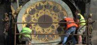 布拉格广场上的十五世纪天文钟Orloj展开为期六个月的全面检修