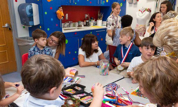 "US Vice President's Wife Karen Pence 'Excited' to Teach Art at School that Bans Gay Students - 美国副总统夫人凯伦·彭斯""兴奋地""在学校教授禁止同性恋学生的艺术。"
