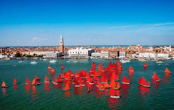At the Venice Biennale, a Fleet of 50 Red Sailboats Will Take Aim at Climate Change - 在威尼斯双年展上,一支由50艘红色帆船组成的舰队将着眼于气候变化。