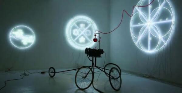 于伯公,《通向本体》,2009,LED灯条、发电机、不锈钢,尺寸可变。图片由魔金石空间提供。
